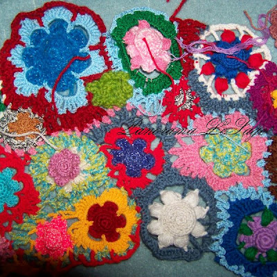 Kapa narzuta szydełkowa na kanapę sofę ozdoby szydełkowe dom wystrój wnętrz pracownia plastyczna Panorama LeSage Crochet bedspread cover the sofa bed crochet ornaments home decor art studio