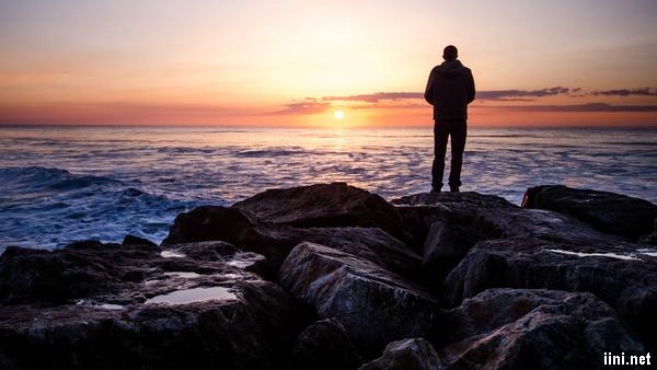 ảnh người đàn ông buồn trước biển