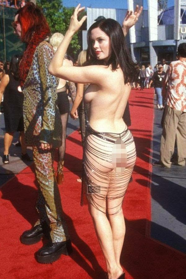 Rose McGowan wears a dress exposing her derriere at the MTV Music Awards with Marilyn Manson in 1998.