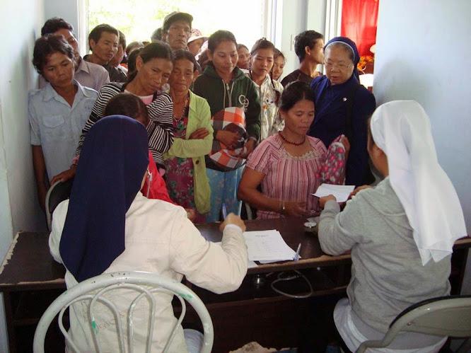 Ban Xã Hội và Y Tế Khiết Tâm thăm viếng người nghèo Khánh Vĩnh