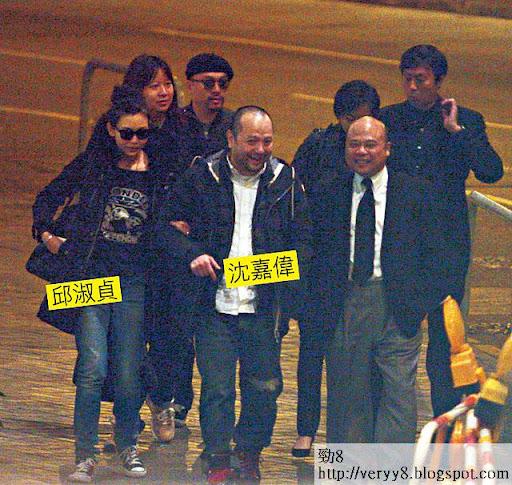晚上 8時許,沈嘉偉與太太邱淑貞及其他好友到達殯儀館,眾人在門外邊行邊講。