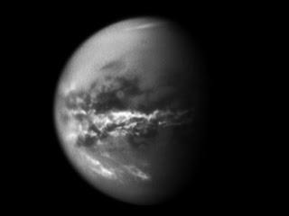 Nubes concentradas cerca del ecuador de Titán