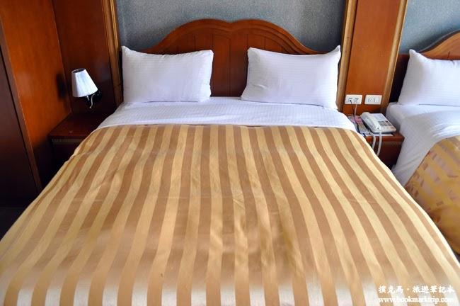 沙里仙溫泉度假村加大型的雙人床