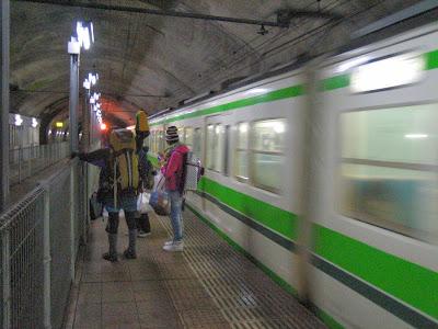 下りプラットフォームに到着 下りプラットフォームに到着 土合駅看板  モグラ駅、土合駅野宿やりま