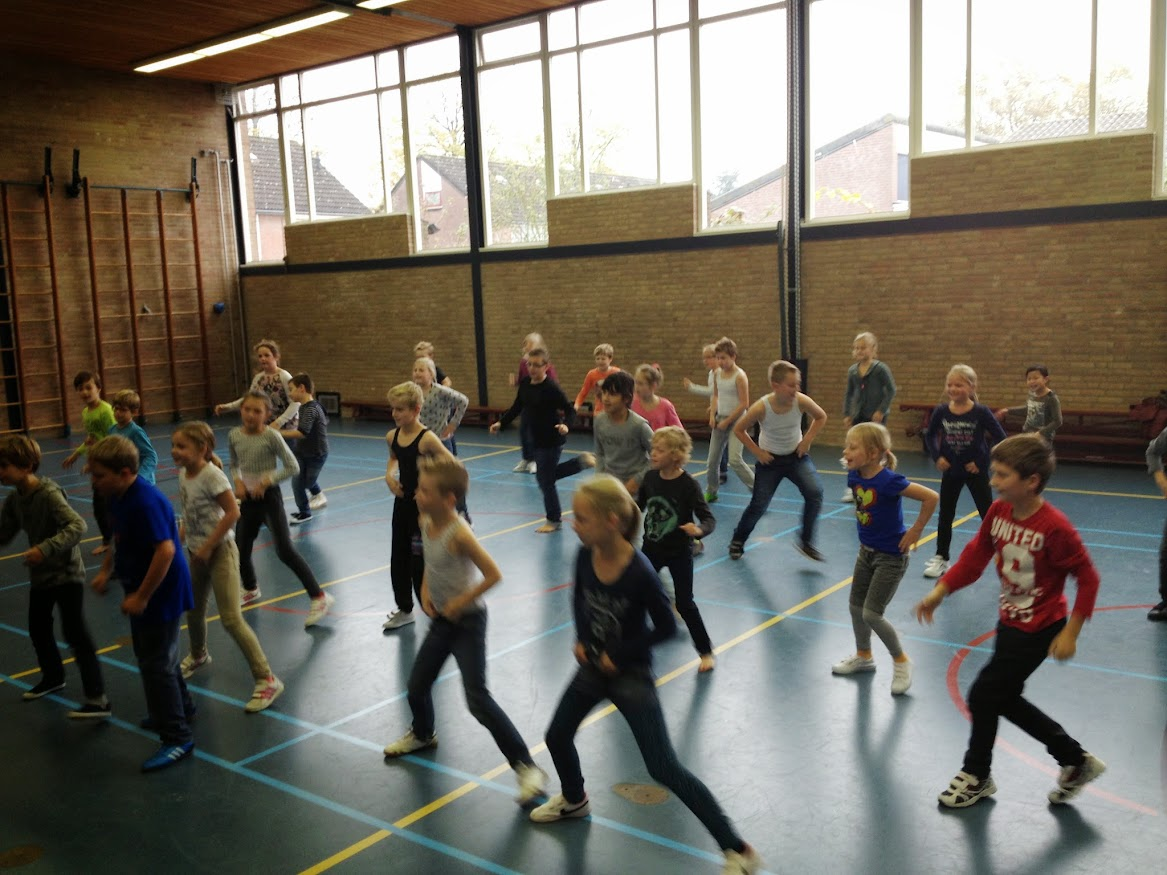 Groep 6 oefent line-dance