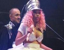 نيكي ميناج يظهر صدرها على المسرح