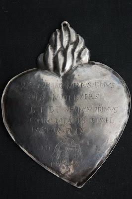 B- Paal, plaat geschonken door pastoor Notelaars aan de Sint-Jans boogschuttersgilde