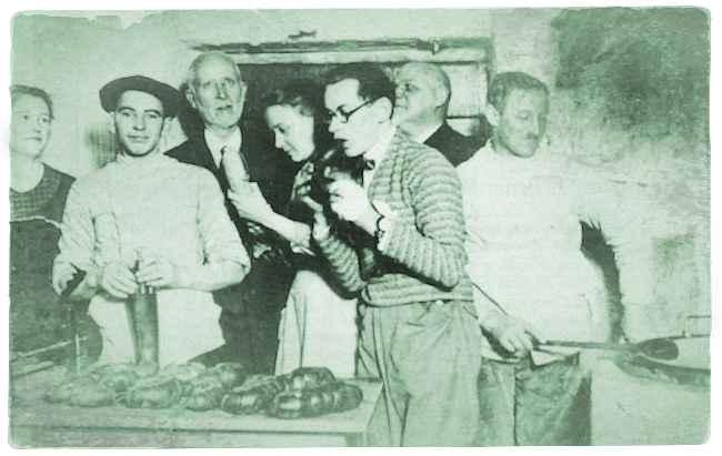Hausschlachtung im Pastorenhaus in Schlangen um 1927. Am Wurstekessel: Schlachter Gottlieb Biere. Links neben ihm: Pastor Friedrich Schelpf. 2. von links: Hausschlachter Adof Wiemann. Foto: Archiv Wiemann
