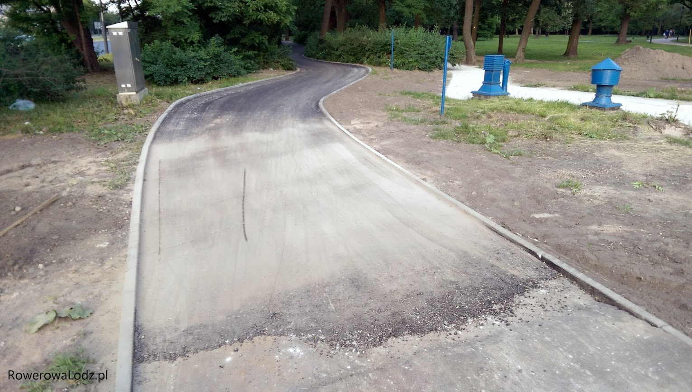 Wjazd od strony zachodniej. Po prawej widać odseparowany chodnik dla pieszych