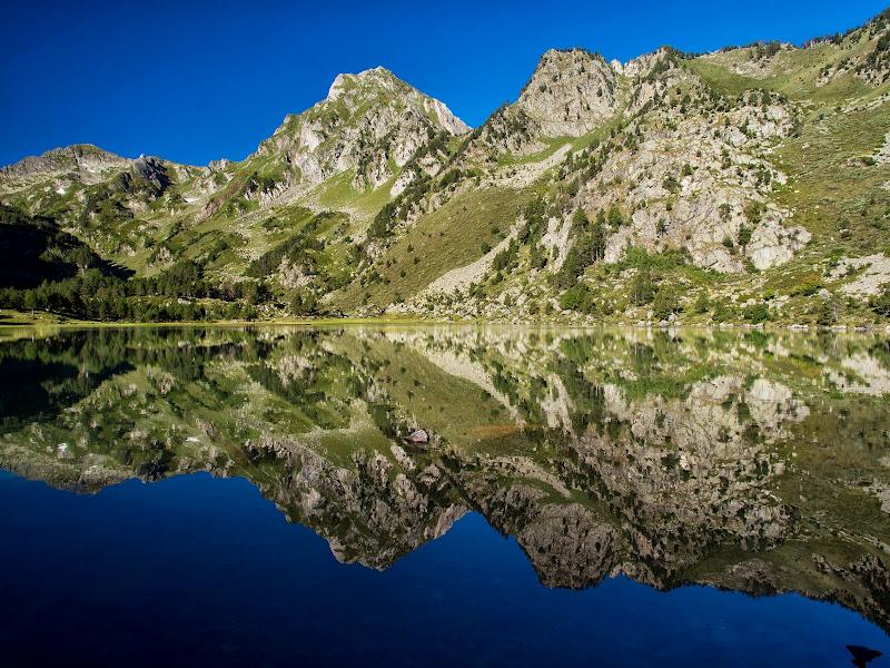 Els pics de Baixollada, Roc Blanc i Jocarets reflectits a l'estany de Laurentí