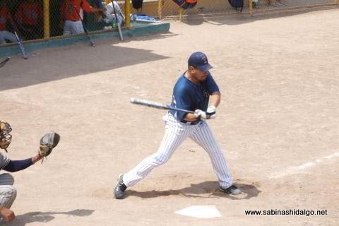 Ricardo Cárdenas bateando por Tigres en el softbol dominical