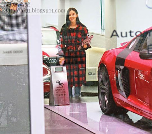 心郁買車的傅穎到Audi車行揀心水,拿着大疊名車資料研究。