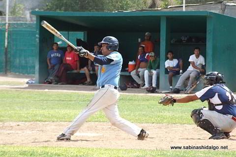 Nelson Villarreal bateando por Cerveceros en el beisbol municipal