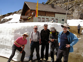Pri gostilni je še veliko snega.