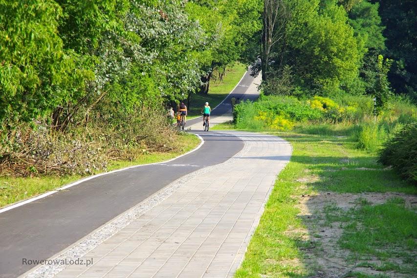 Malowniczy krajobraz rowerówki obok stawów przy parku Julianowskim.