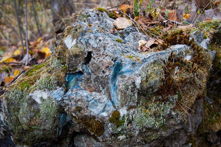 Следы расплавленного стекла на камнях
