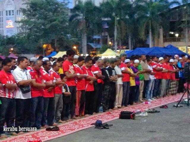 Kelantan Menentang Sarawak. Peminat Solat Maghrib Berjemaah