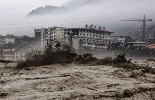 8. Failure Of Banqiao Dam Công tác xây dựng kém là nguyên nhân gây ra vỡ đập Banqiao ở Trung Quốc tháng 8/1975 - sau 3 trận mưa lớn. Khi bị vỡ vào lúc 1 giờ sáng, một bức tường nước cao 6 m, rộng 12 km, tương đương với 600 triệu m3 nước tràn xuống, khiến hơn 85.000 người chết và 11 triệu người bị ảnh hưởng nghiêm trọng. Đáng nói hơn, các vết nứt trên đập đã được chỉ ra vào năm 1961, bắt nguồn từ thiết kế có phần sai lầm khi xây dựng khu đập này.