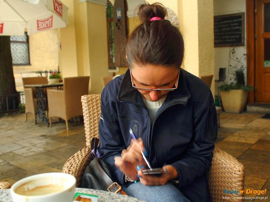 A gdy trzęsą się już ręce, Kasi pomaga kawa