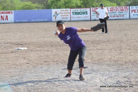 Arit Méndez de Cazadoras de Villaldama en el softbol femenil del Club Sertoma
