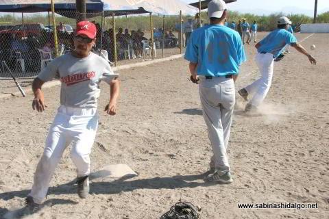 Jesús Abrego anotando por Águilas en el softbol del Club Sertoma