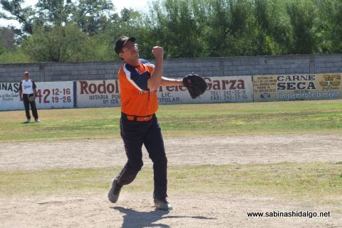Eduardo Solís lanzando por Hipertensos en el softbol de veteranos