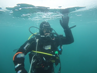 Un miembro de Gemosclera debajo del hielo de Panticosa
