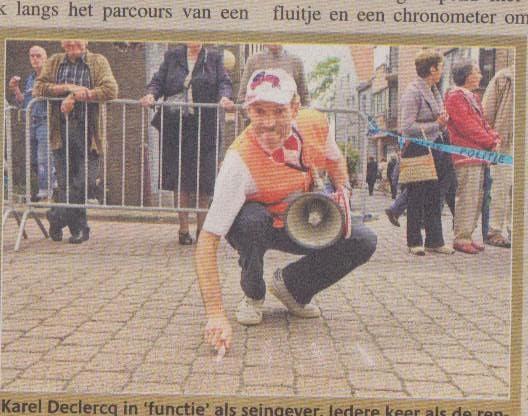 Karel Declercq in 'functie' als seingever. Iedere keer als de renners passeerden turfde Karel het aantal ronden. (Foto Frank)