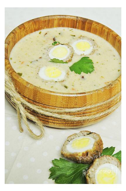 Barszcz biały z przepiórczymi jajkami w kiełbasie