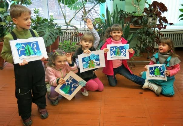 """Участники конкурса """"Ёлочное настроения"""" с новогодними открытками."""