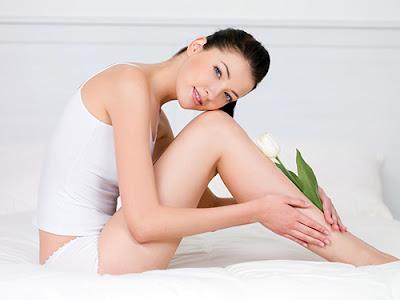 Thoa dầu dừa và massage nhẹ nhàng thường xuyên giúp bạn có làn da trắng hồng và mềm mịn