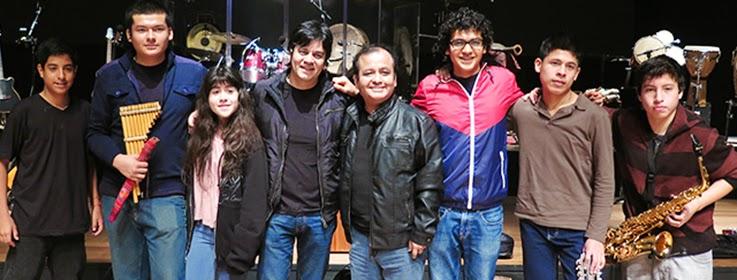 SAXOFONISTA DE LA BANDA DE MÚSICA DEL COLEGIO TOCA EN CONCIERTO DE LUCHO QUEQUEZANA