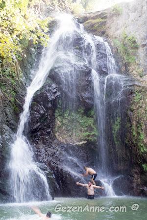 Sudüşen şelalesi ve taşlardan atlayıp suya girenler, Yalova