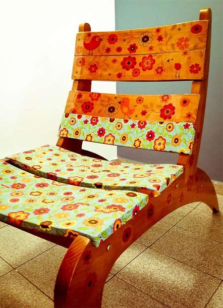 Cadeira de madeira customizada com tecido e adesivo