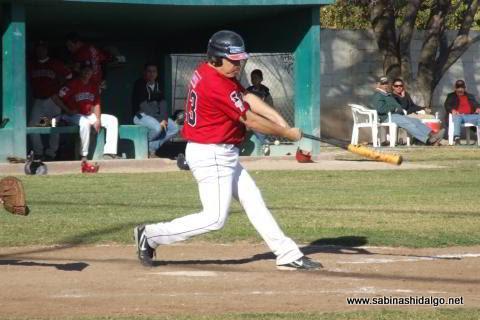 Jesús Garza bateando por Tiburones en el beisbol municipal