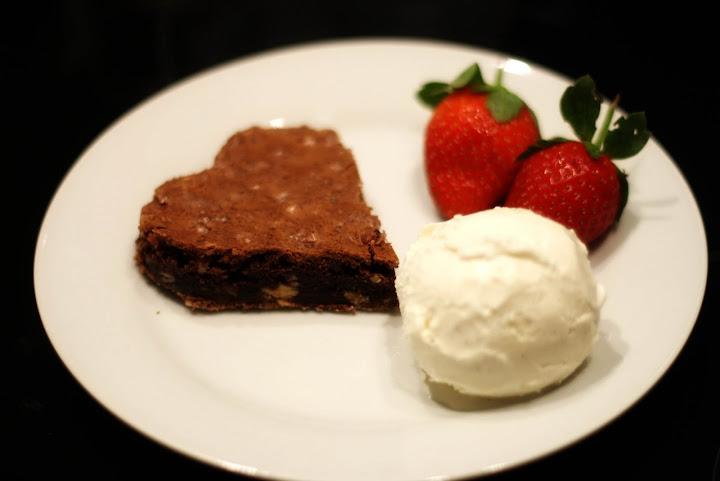 Hjerteformet brownie med vaniljeis og jordbær