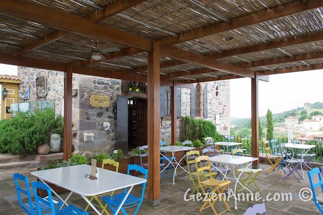 Cunda'nın tepesindeki Sevim ve Necdet Kent Kitaplığı'nın cafesi