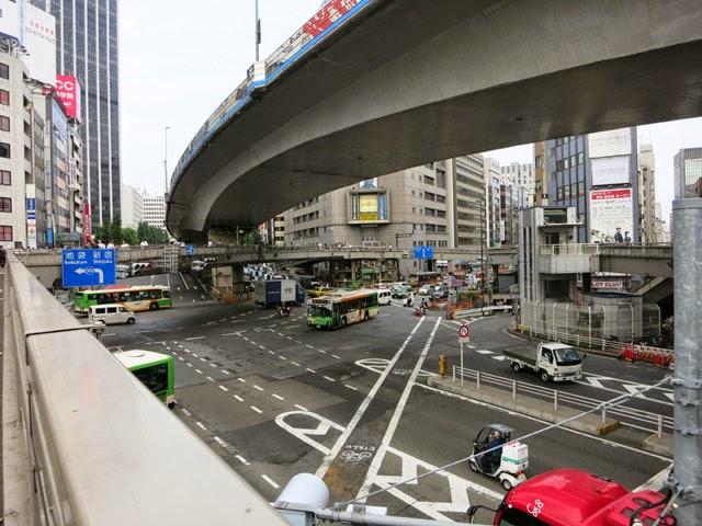 明治通りと246の歩道橋。渋谷署の裏にお店があります