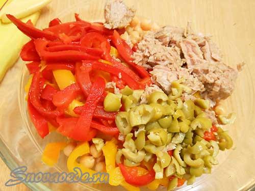 перемешать все компоненты салата