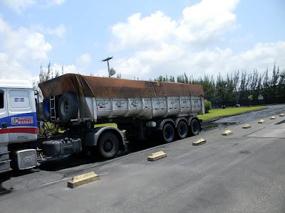 Momento de passagem do caminhão pela piscina que lava os pneus.