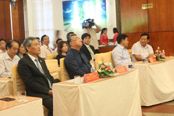Thứ trưởng Bộ Khoa học và Công nghệ - ông Trần Văn Tùng (trái), Phó chủ tịch UBND tỉnh Bà Rịa Vũng Tàu - ông Lê Thanh Dũng (giữa) và Phó chủ tịch tỉnh Vĩnh Long - ông Nguyễn Văn Thanh (Phải)