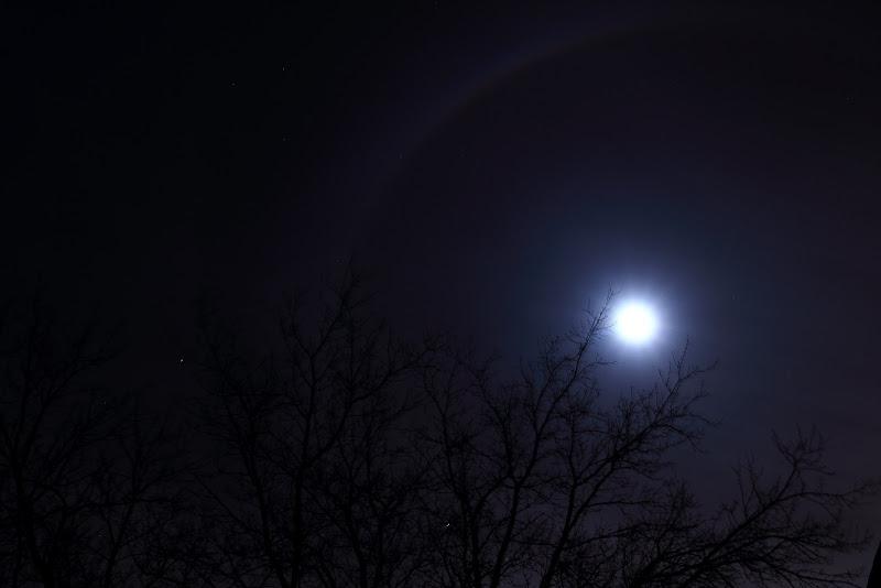 IMAGE: https://lh4.googleusercontent.com/-zpAKq926_rk/UJIB7E69LjI/AAAAAAAAAOE/pIwBPJ7BdTI/s800/moon_halo3.JPG