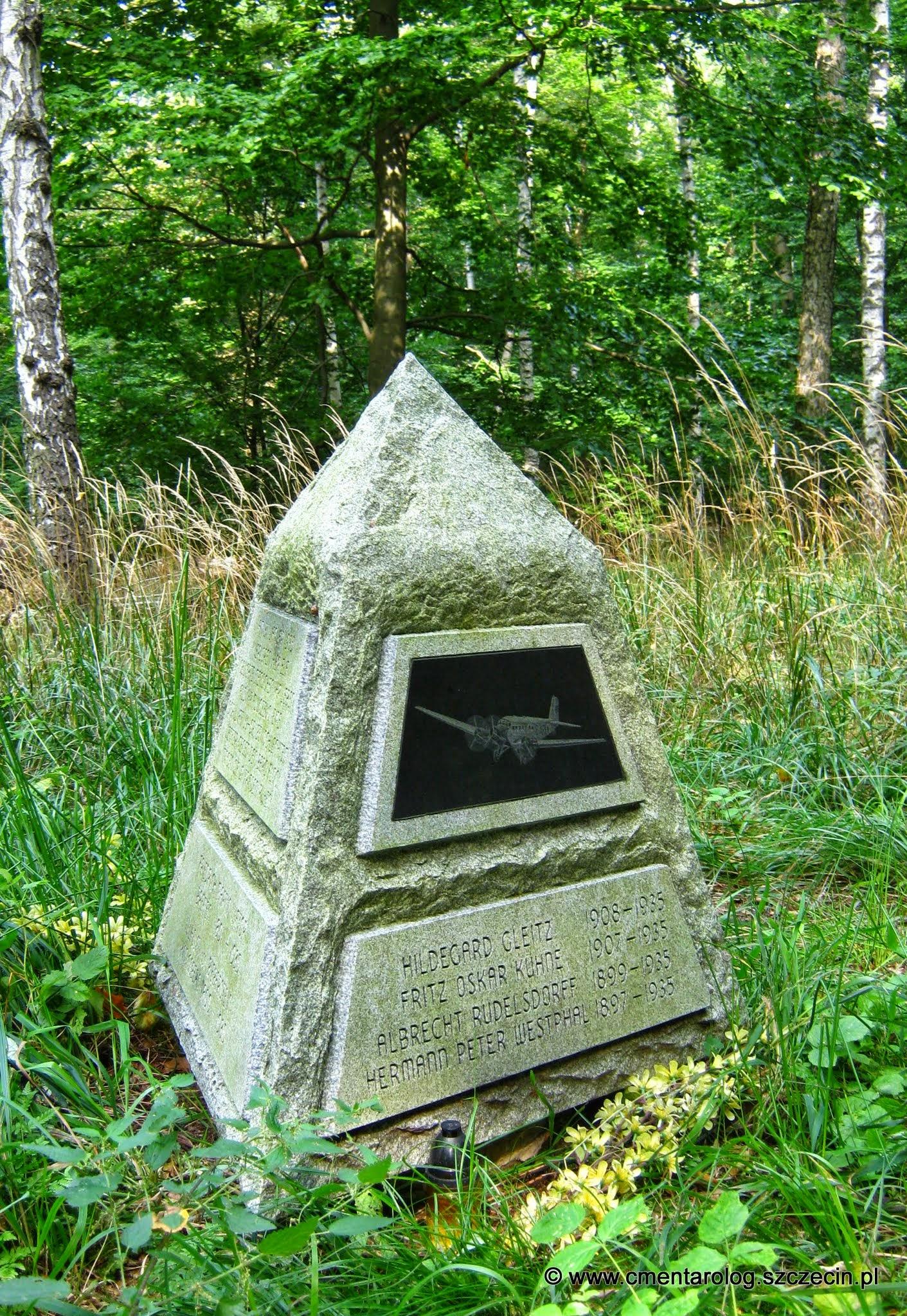 Pomnik upamiętniający wszystkie 11 ofiar katastrofy (fot. A. Freindorf, 2014 r.)