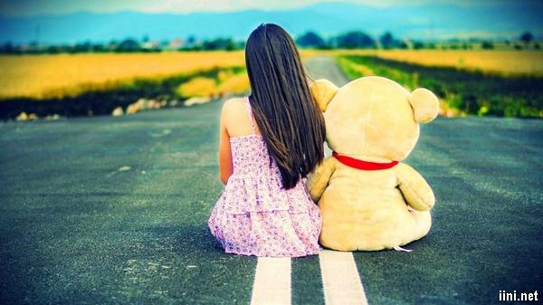 ảnh cô gái ngồi chờ đợi cùng chú gấu bông