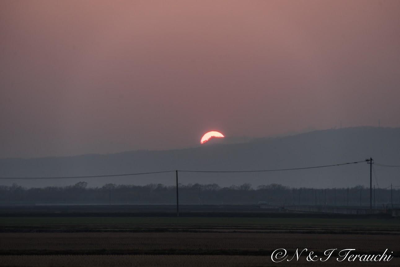 山に沈みゆく赤い夕陽