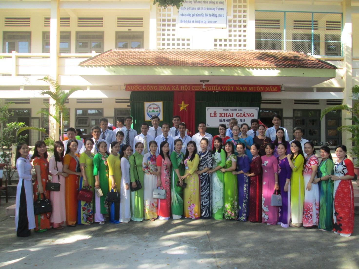 Tập thể sư phạm trường THCS Tây Giang trong ngày khai giảng năm học mới 2017-2018