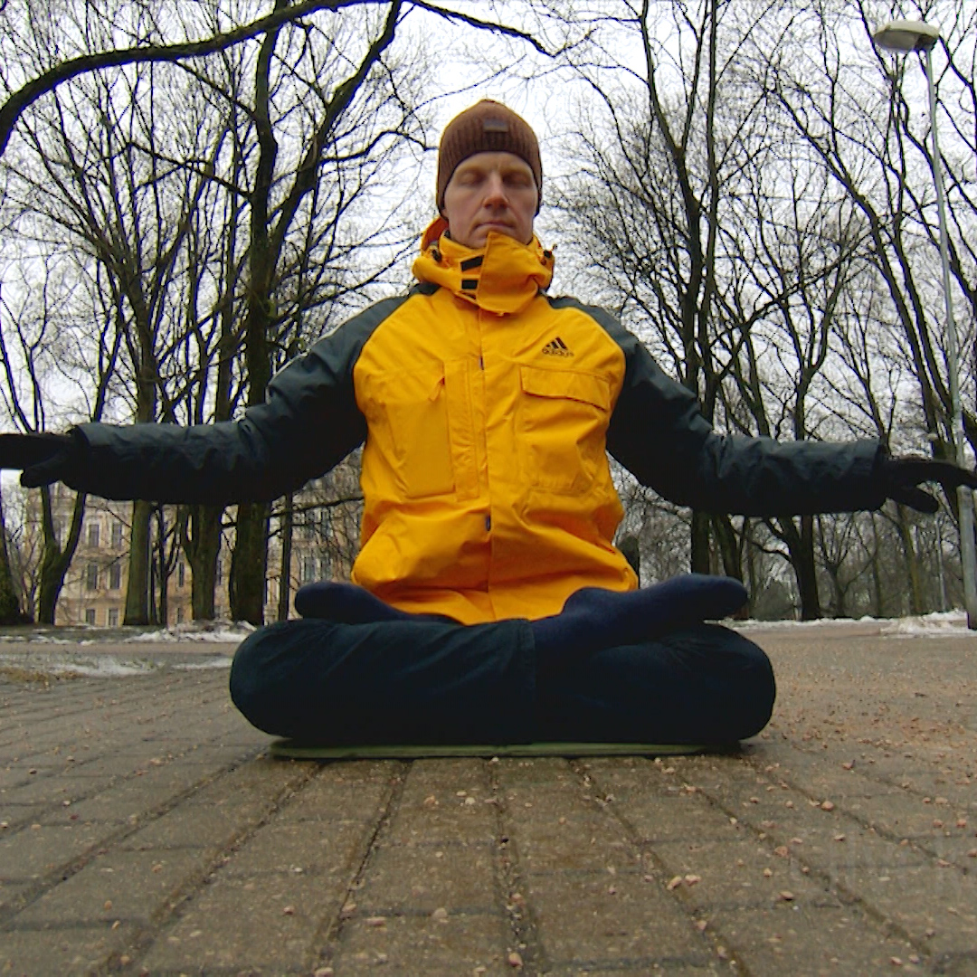 Martins Rubenis practices Falun Gong exercises. (From video screenshot)