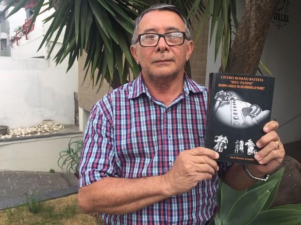 Livro faz críticas a Igreja Católica (Foto: Mário Flávio/G1 Caruaru)