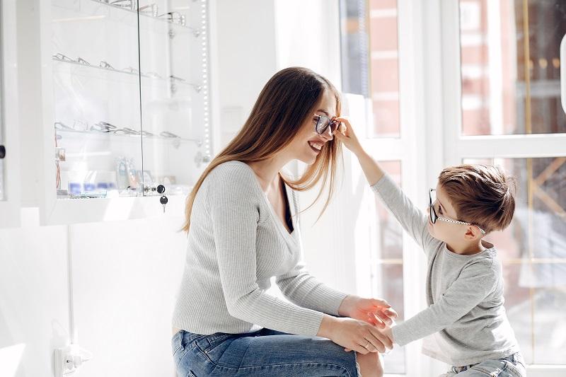 Atualmente, as opções de tratamento disponíveis incluem óculos, lentes de contato e cirurgia, como a LASIK. (Fonte:Freepik/ prostooleh/Reprodução)
