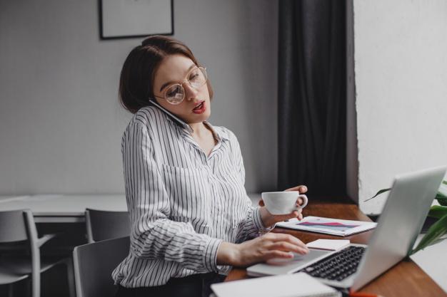 home office dolgozó fiatal nő